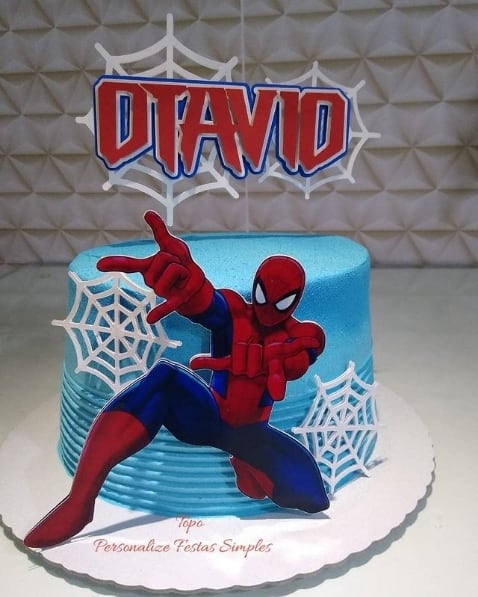 bolo simples com topper do Homem Aranha