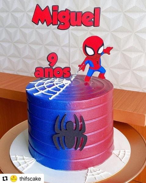 bolo azul e vermelho com topper do Homem Aranha cute