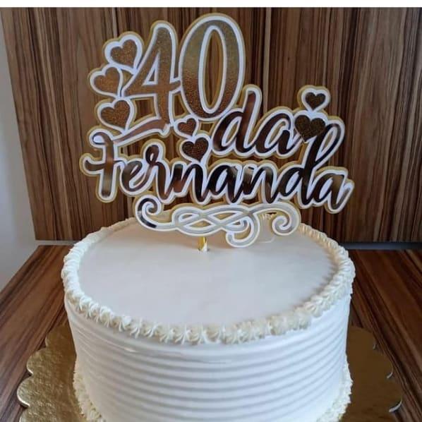 bolo feminino com topo dourado de 40 anos