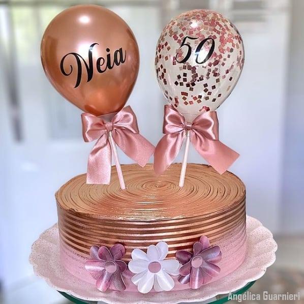 bolo feminino com topo de baloes personalizados