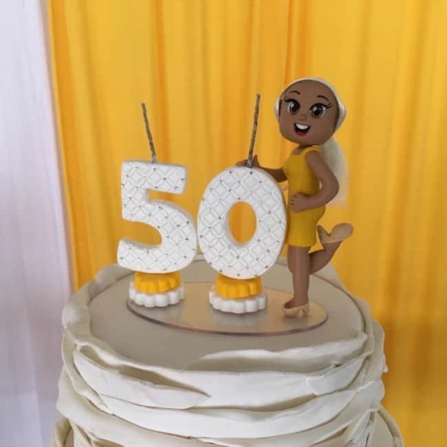 bolo feminino de 50 com topo de biscuit com vela