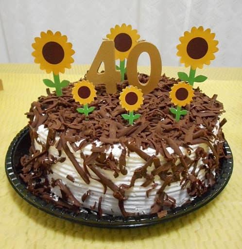 bolo simples com topo de girassol
