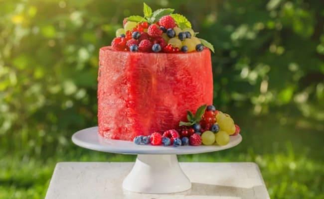 bolo simples de melancia com frutas frescas