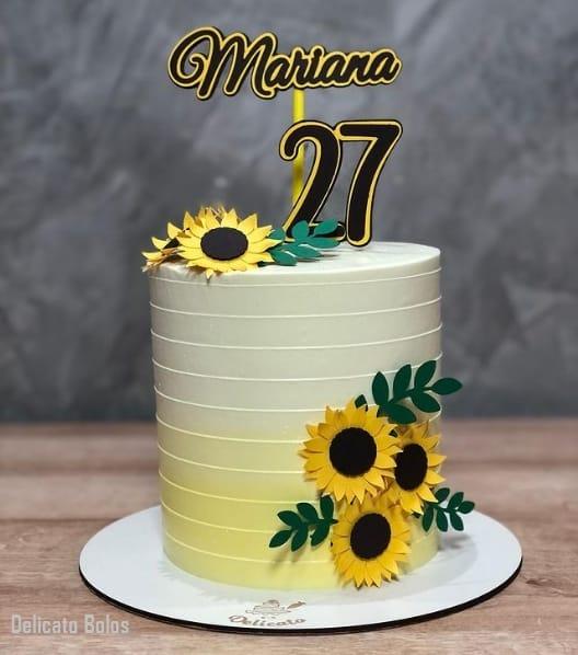 bolo decorado com topper personalizado com nome