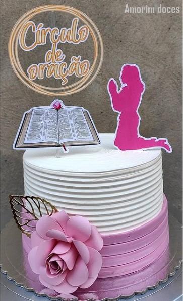bolo rosa e branco com topo evangelico
