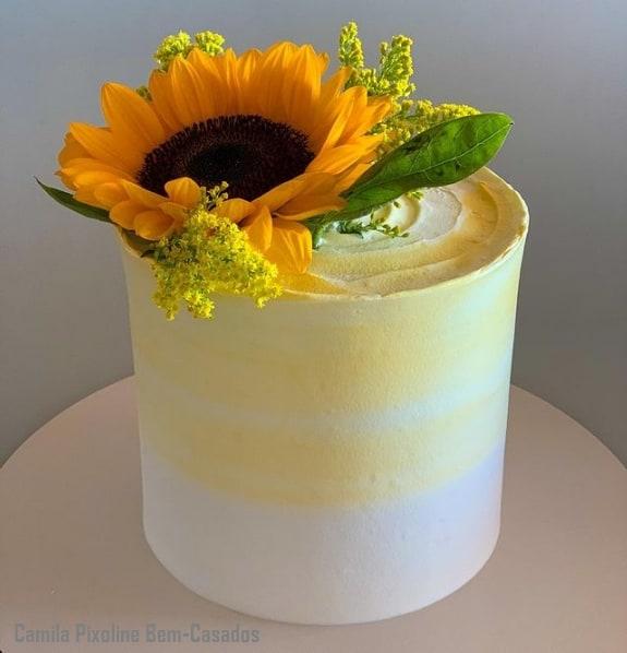 bolo redondo com topo de flor natural de girassol