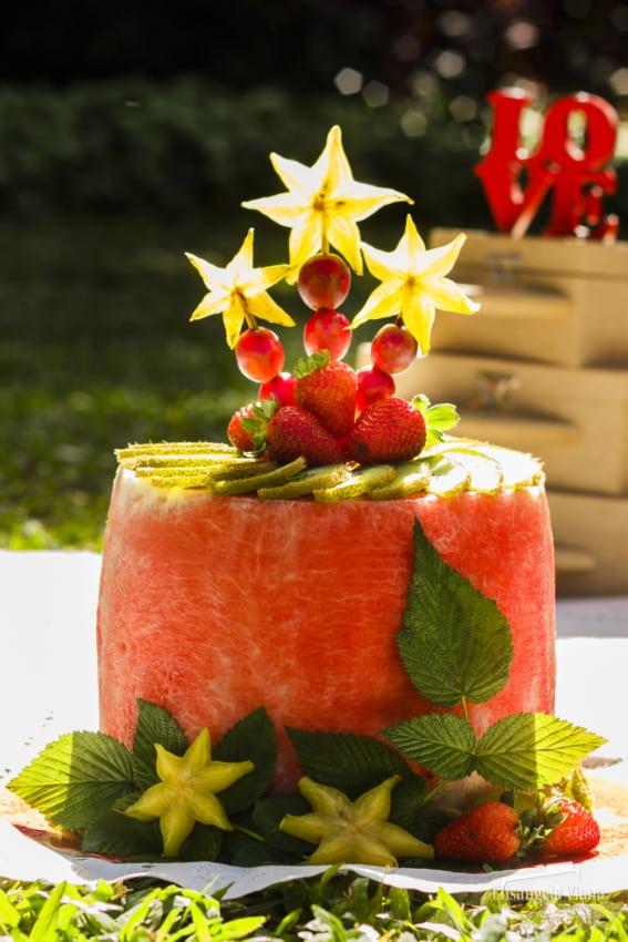 bolo redondo de melancia com frutas