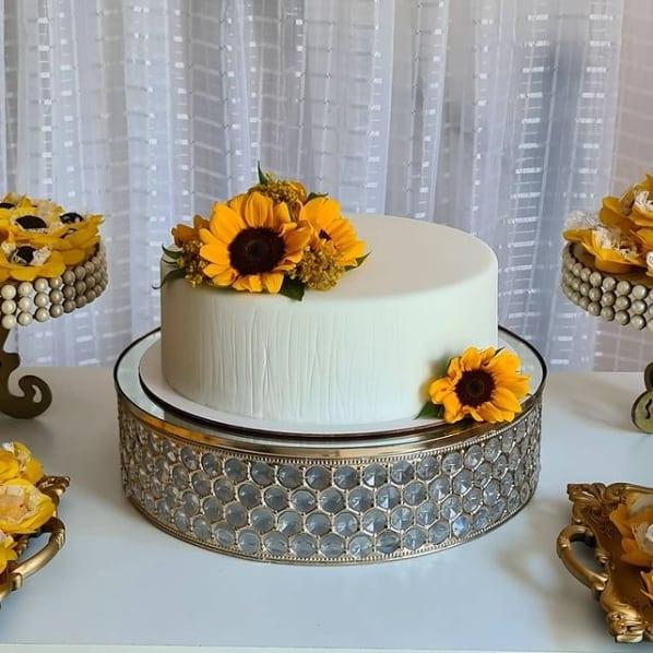 bolo de pasta americana com topo de flores de girassol