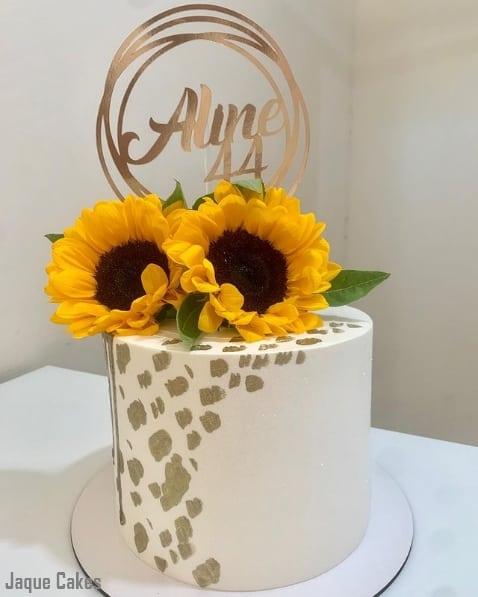 bolo com topo de flor de girassol