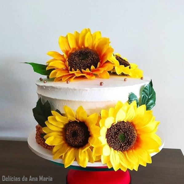 bolo com topo de girassol artificial