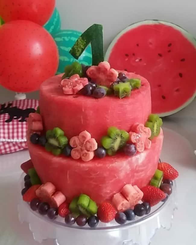 ideia para bolo de melancia decorado com frutas