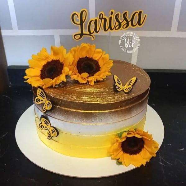 bolo decorado com flores de girassol no topo