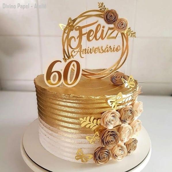bolo dourado com topper de 60 anos