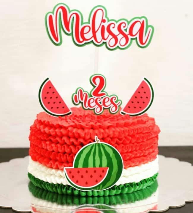 bolo melancia com toppers para mesversario