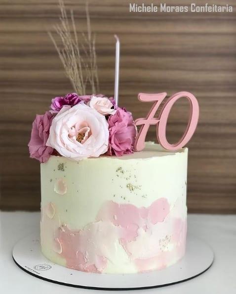 bolo feminino de 70 anos com flores e topo