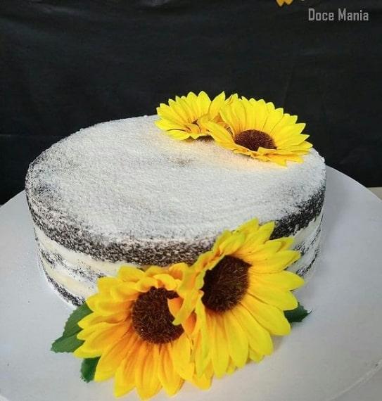bolo simples decorado com flores artificiais de girassol