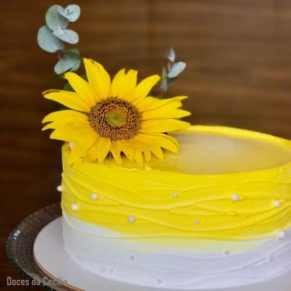 bolo com topo de flor natural de girassol