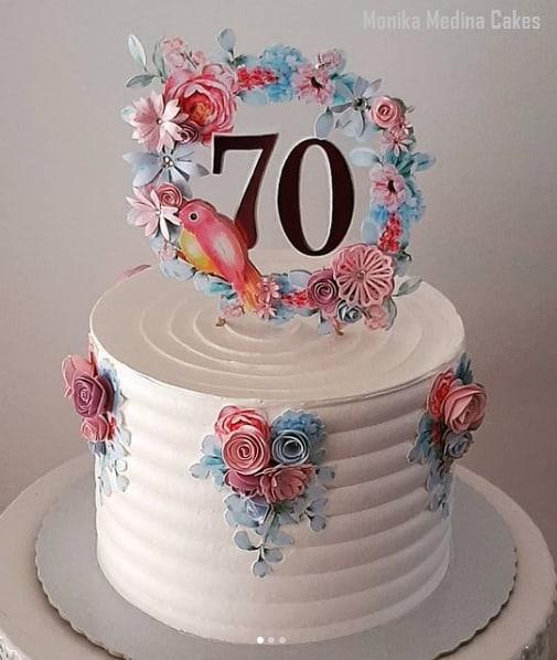 bolo feminino com topo de papel de 70 anos