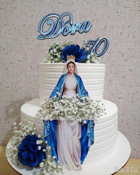bolo feminino de 70 anos com topo de papel e flores