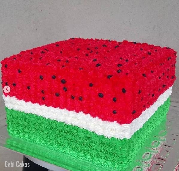 bolo melancia quadrado decorado com chantilly