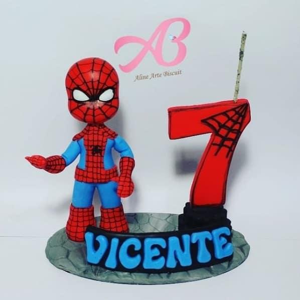 topo de bolo em biscuit com vela Homem Aranha