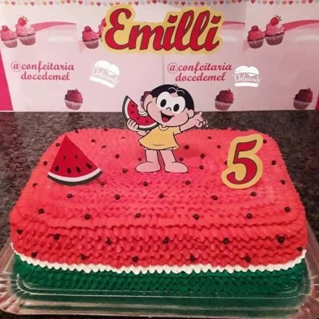 bolo melancia quadrado decorado em chantilly com topper da Magali