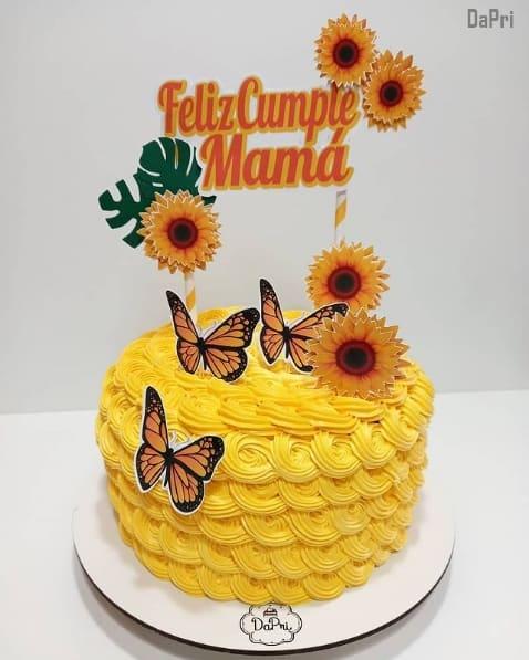 bolo amarelo com toppers de girassol
