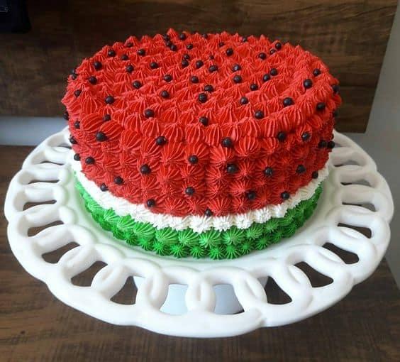 bolo redondo com tema de melancia decorado em chantilly