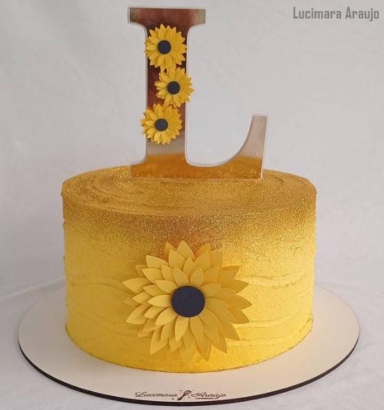 bolo decorado com topper personalizado com inicial de nome