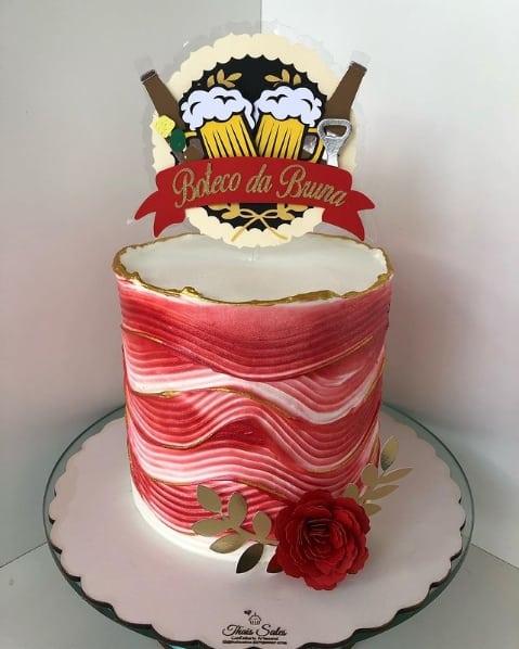 bolo vermelho com topo de bolo feminino de boteco