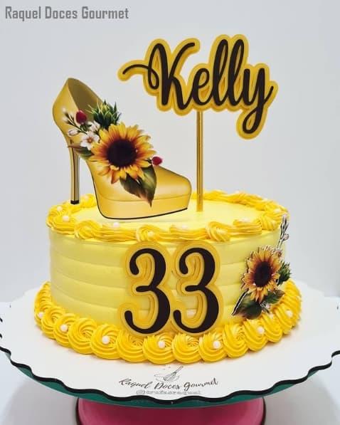 bolo de chantilly amarelo com topper de girassol e nome