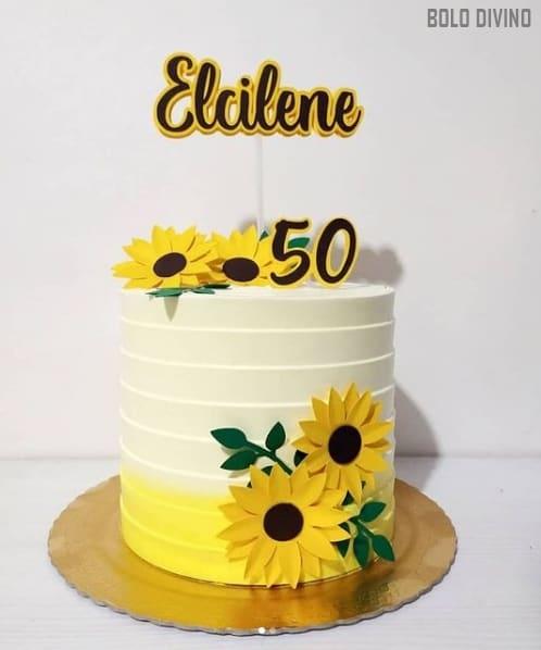 bolo decorado com topper de girassol