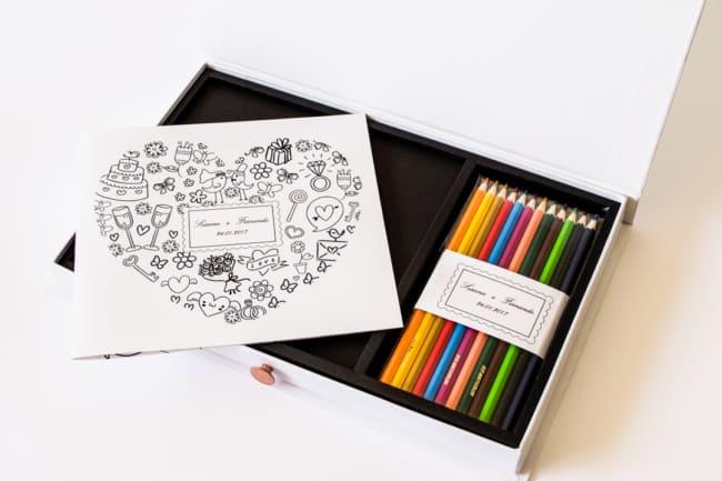 Esse lindo convite vem com lapis de cor para colorir