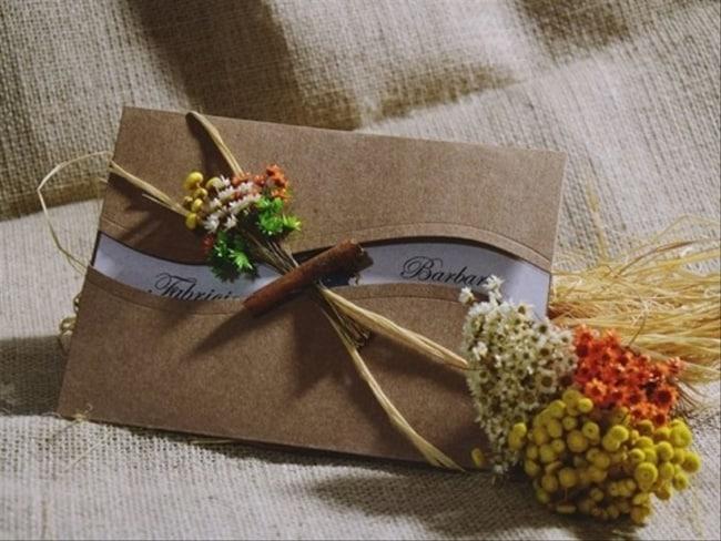 O convite com flores e uma otima ideia para casamentos rusticos