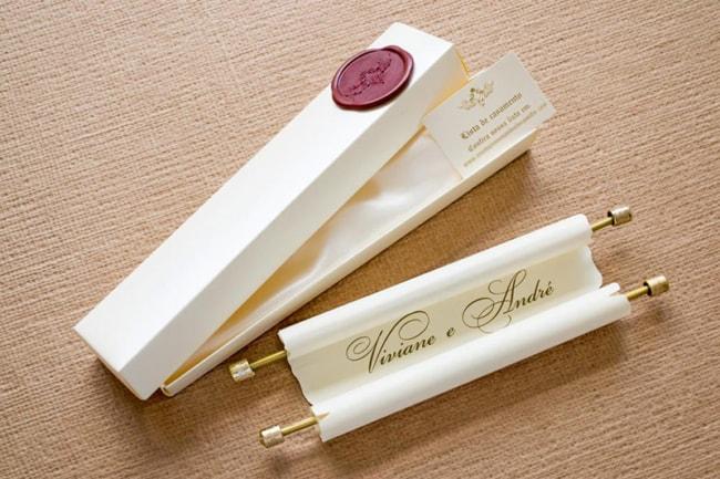 O convite em pergaminho e perfeito para lembrar os tempos antigos