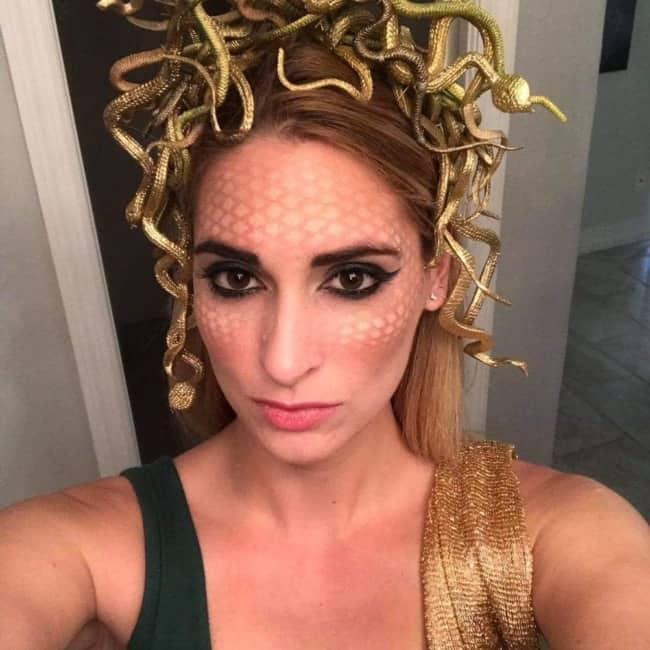 O penteado e o adorno na cabeca sao primordiais para a fantasia de Medusa
