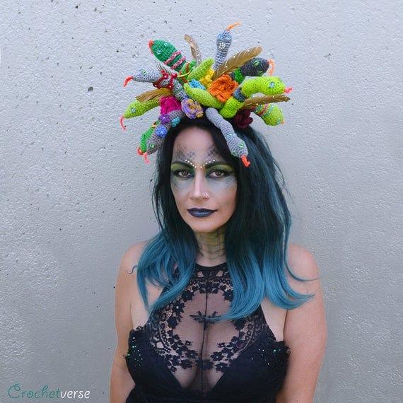 Os acessorios na cabeca feitos de croche colorido