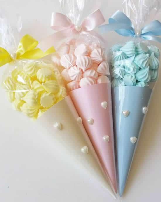 Os cones sao perfeitos para colocar suspiros coloridos