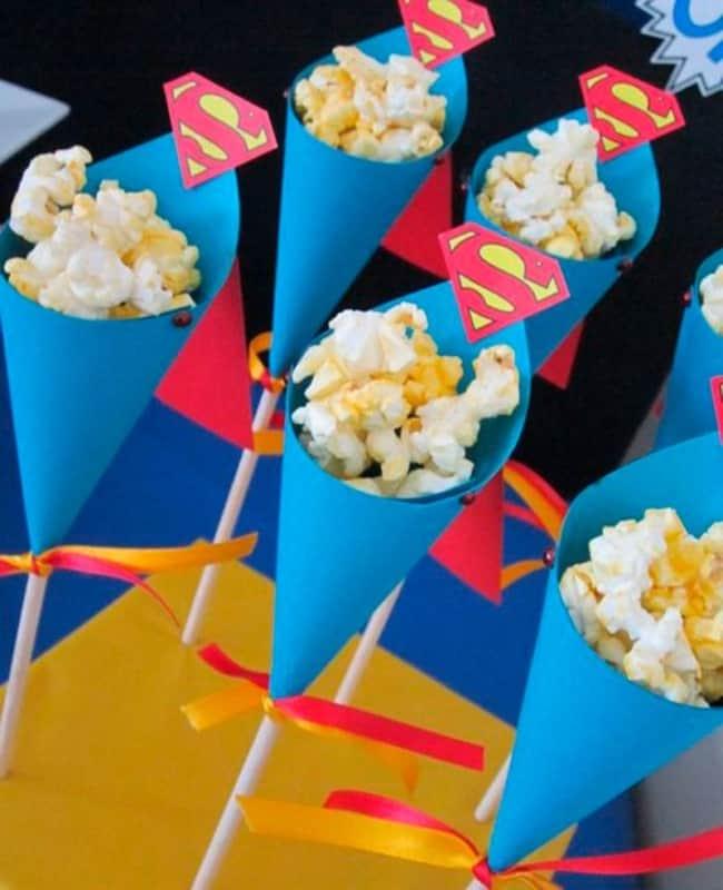 Use cartolina de varias cores para criar os cones
