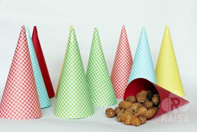 Use os cones para colocar amendoins e outros petiscos
