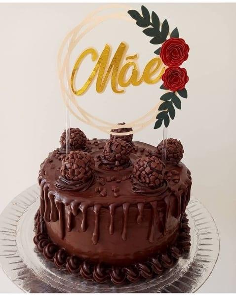 bolo de brigadeiro com topo dia das maes com rosas