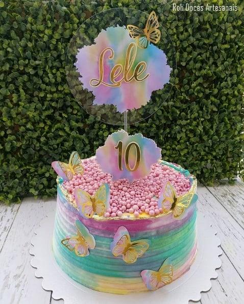 bolo decorado com topo tie dye em acrilico