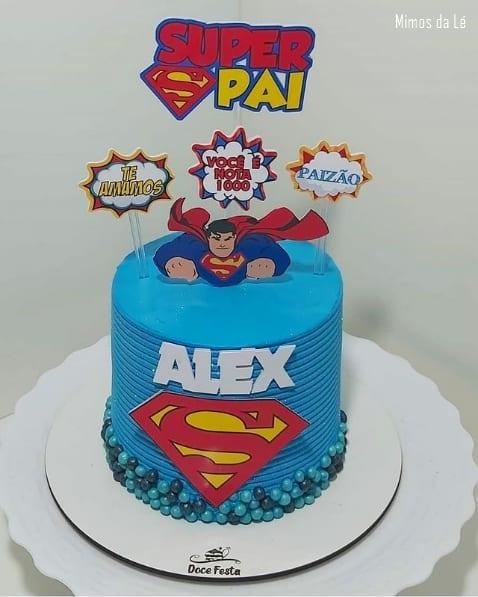 bolo com topo de super heroi para dia dos pais