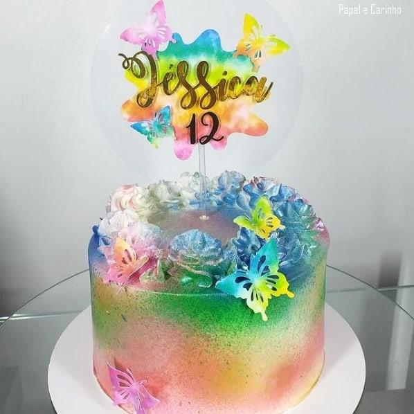 bolo decorado com topper colorido tie dye