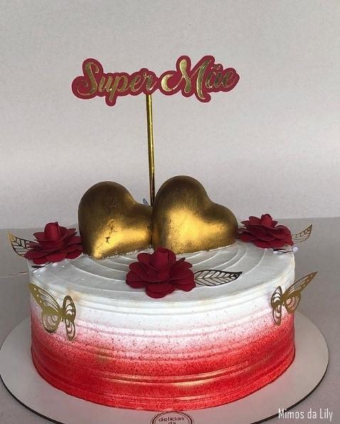 bolo vermelho e branco com topo super mae