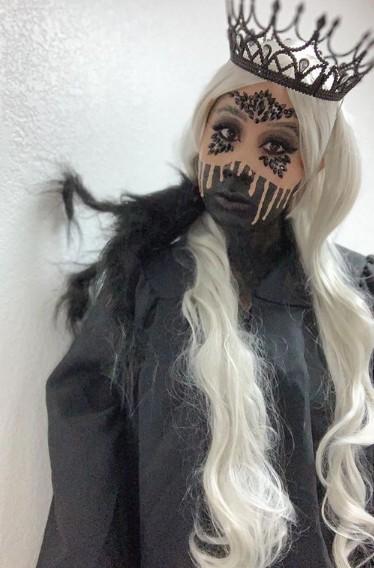 fantasia de rainha das trevas com maquiagem especial