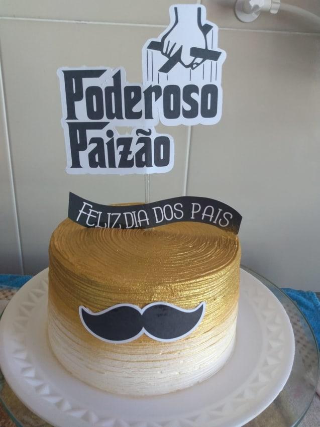bolo dourado com topo de poderoso paizao