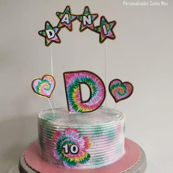 bolo simples decorado com toppers tie dye