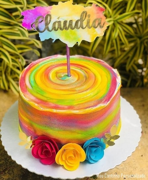 bolo colorido com topo tie dye com nome