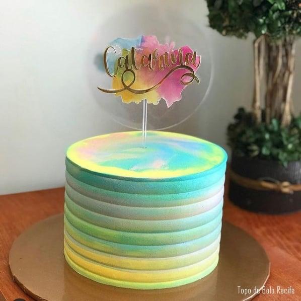 bolo decorado com topo tie dye personalizado com nome